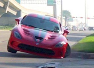 Έκανε μαγκιές και στούκαρε το Dodge Viper του (+video)