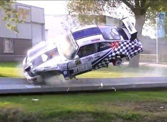 Αγωνιστική Porsche χτυπάει σε κιγκλίδωμα και βουτάει σε ποτάμι