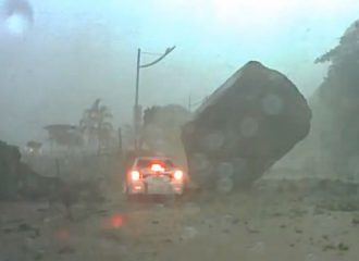 Βράχος από κατολίσθηση σταματά δίπλα από αυτοκίνητο!