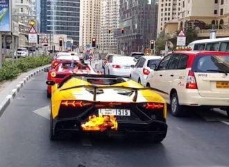 Lamborghini Aventador έπιασε φωτιά με μαρσαρίσματα! (video)