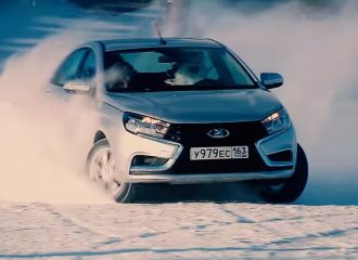 Το νέο Lada Vesta «γράφει» στο χιόνι ευχές με ντριφτ! (video)