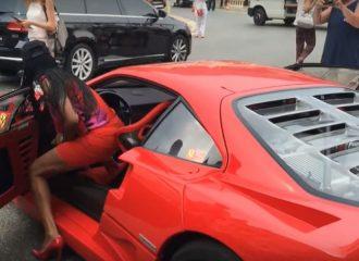Οδηγός Ferrari F40 με… κόκκινα ψηλοτάκουνα!