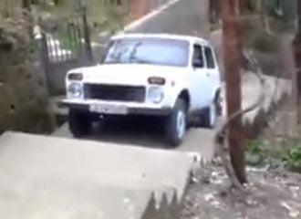 Lada Niva ανεβαίνει δεκάδες σκαλοπάτια για πλάκα!