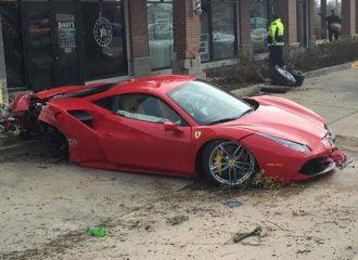 Φοιτητής έριξε τη Ferrari του σε κουρείο