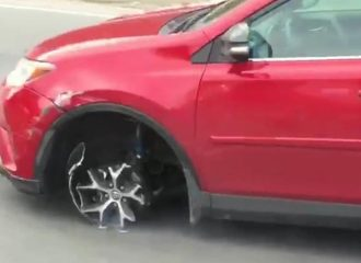 Γυναίκα οδηγεί το Toyota RAV4 χωρίς λάστιχο (+video)