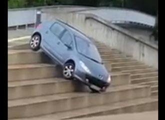 Οδηγός Peugeot 307 το τερμάτισε… Έκοψε δρόμο από τα σκαλιά! (+video)