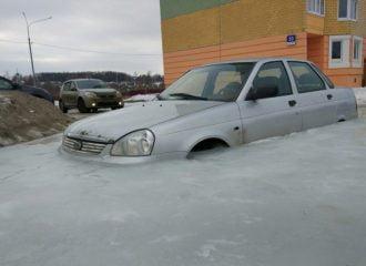 Lada έμεινε 30 ημέρες κολλημένο στον πάγο (+videos)