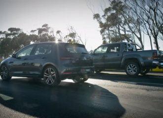 VW Amarok V6 TDI ρίχνει καρότσες σε Golf GTD (video)