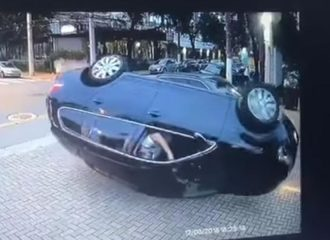 Τσακώθηκε με άλλον οδηγό και βρέθηκε ανάποδα… (+video)