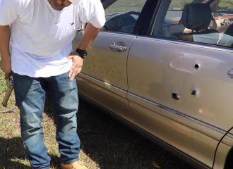 Πυροβολεί Mercedes για να δει αν είναι αλεξίσφαιρη (+video)