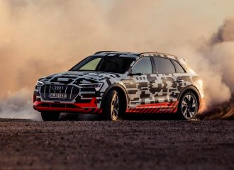 Drifting στην έρημο με το ηλεκτρικό Audi e-tron (+videos)