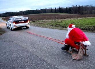 Άγιος Βασίλης μοιράζει με Audi Quattro! (+video)