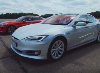 Kia Stinger GT S τα βάζει με Tesla Model S (+video)