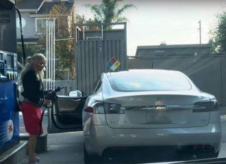 Ξανθιά προσπαθεί να φουλάρει Tesla Model S