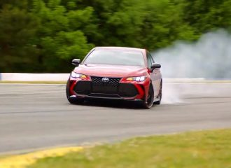 Toyota Avalon TRD «καπνίζει» με το πλάι (+video)