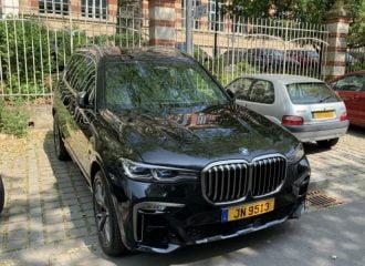 Η BMW X7 «κρύβει τον ήλιο» στο Citroen Saxo