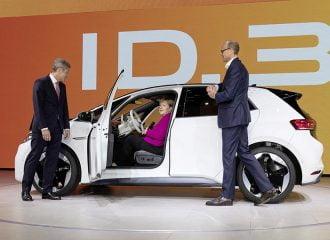 H Merkel στο τιμόνι του VW ID.3