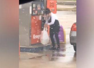 Έβαζε βενζίνη σε τρύπια σακούλα! (+video)
