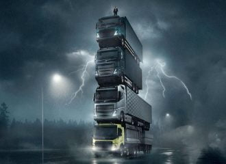 Φαντασμαγορικός πύργος με φορτηγά Volvo (+videos)
