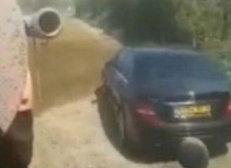 Αγρότης «έλουσε» με κοπριά Mercedes (+video)