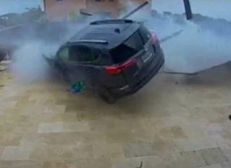Toyota RAV4 «μπούκαρε» σε πισίνα σπιτιού (+video)