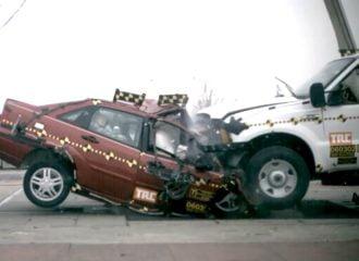 Ανατριχιαστική σύγκρουση αυτοκινήτου με pickup (video)