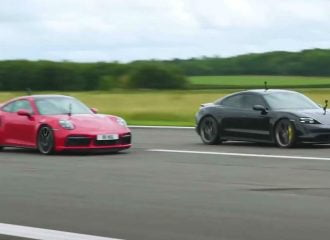 Porsche 911 Turbo S «καίει» Taycan Turbo S (+video)