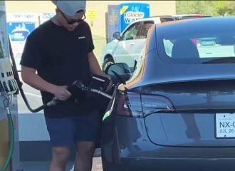 Πάει να βάλει βενζίνη σε ηλεκτρικό αυτοκίνητο (+video)