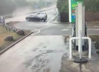 Mercedes πλανάρει και πέφτει σε βενζινάδικο (+video)
