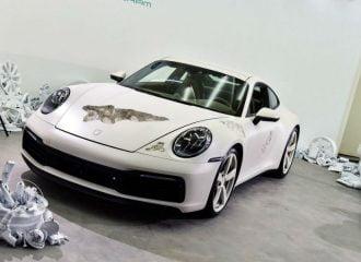 «Έσκαψε» το αμάξωμα Porsche 911 για την τέχνη