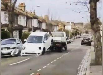 Γερανός έκανε συγκρουόμενο χαλασμένο VW Beetle