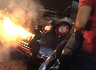 Nissan GT-R φτύνει φλόγες και «αρπάζει» (+video)