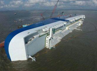 Πλοίο με 4.200 αυτοκίνητα γίνεται κομμάτια (+video)