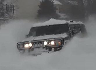 Hummer H2 καλύτερο από εκχιονιστικό (+video)