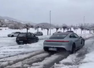 Fiat Panda 4×4 «ανοίγει» με Porsche Taycan! (+video)