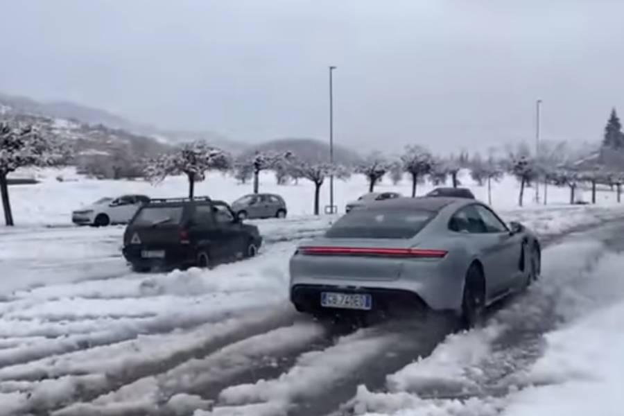 """Το Fiat Panda 4×4 """"ανοίγει"""" με την Porsche Taycan!  (+ βίντεο)"""