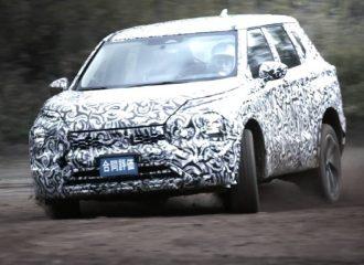 Το νέο Mitsubishi Outlander «γονατίζει» (+video)