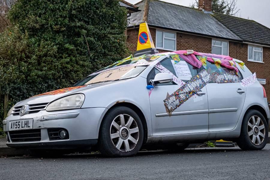Έκαναν πάρτι γενεθλίων σε εγκαταλελειμμένο VW Golf!