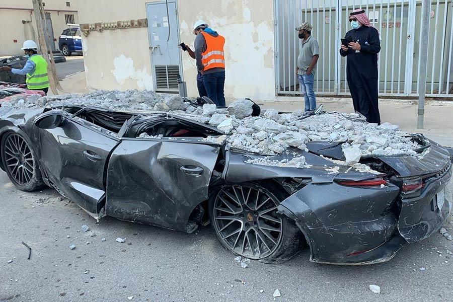Ο χώρος στάθμευσης κατέρρευσε και ισοπέδωσε δεκάδες αυτοκίνητα