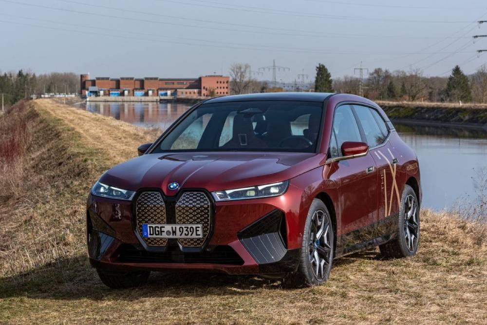 H Mercedes «στοιχειώνει» το νέο BMW iX