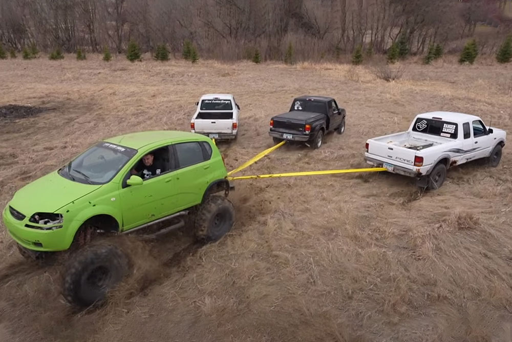 Chevrolet Aveo τα βάζει με τρία Ford Ranger! (+video)