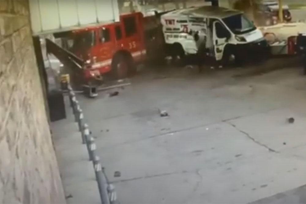 Πυροσβεστικό όχημα «μπούκαρε» σε βενζινάδικο! (+video)