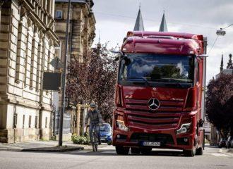 Τα φορτηγά της Mercedes προστατεύουν τα δίκυκλα