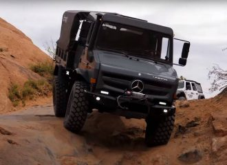 Mercedes Unimog «καταπίνει» βράχια (+video)