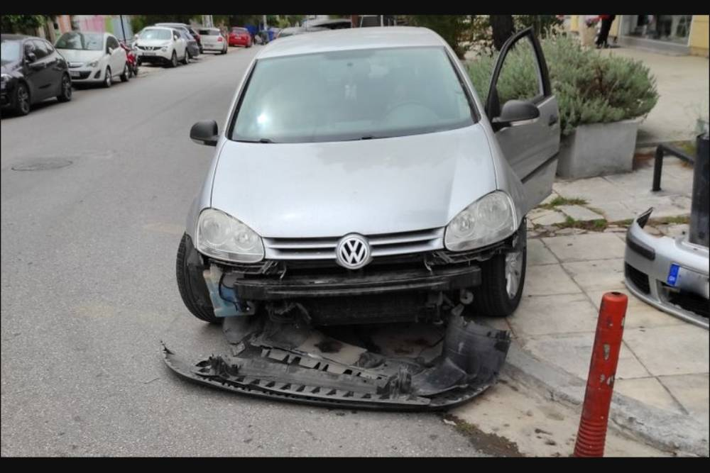 VW Golf «τα 'σπασε» με μπάρα στάθμευσης