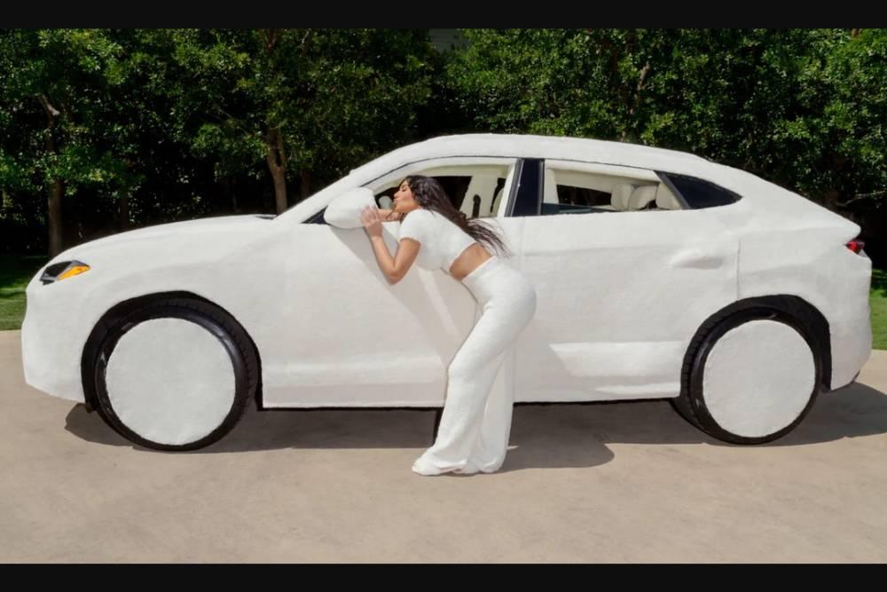Το γουνάκι της Κιμ Καρντάσιαν στη Lamborghini Urus