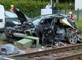 VW κόλλησε σε διάβαση τρένου και έγινε χαλκομανία