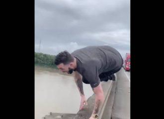 Πήδηξε από γέφυρα για να γλιτώσει το μποτιλιάρισμα!