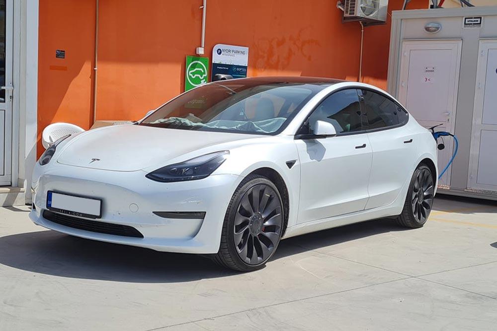 «Τυχερός» φορτίζει Tesla Model 3 στο Νυδρί