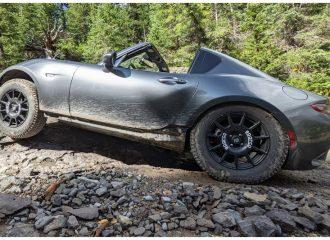 Mazda MX-5 «οργώνει» εκτός δρόμου